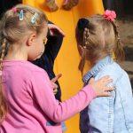 Mediacja rówieśnicza - jak koledzy i koleżanki z klasy mogą pomóc uczniowi z autyzmem